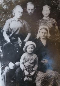 С семьей: муж, старшая дочь, младший сын с женой и младшая дочь