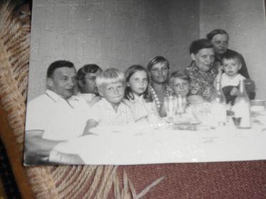 Иван Иванович Ефимов с сёстрами и племянниками.