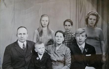 Младший сын Петр с женой Клавдией и детьми (Надеждой, Людмилой, Галиной, Виктором и Геннадием) 1975 год