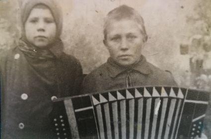 Младший сын Пётр и дочь Нина (умерла от возвратного тифа в 1947 году)