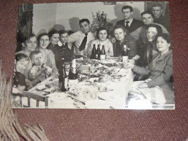 Слева Иван Иванович с женой Раисой Прокофьевной с родственниками у себя дома