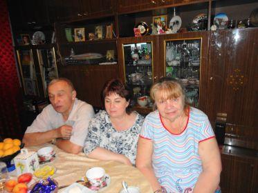 Слева сын Виктор, внучка сестры Евдокии Елена и внучатая племянница Валентина.