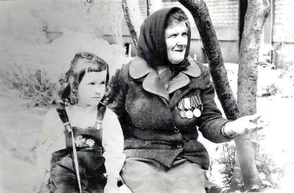 Анастасия Егоровна Шареева (Лысова) с внучкой Екатериной в 1986 г.