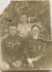 На фото мой дедушка - Зотов Иван Филиппович, моя бабушка - Корнеева Мария Александровна и моя прабабушка Нехлюдова Александра Александровна