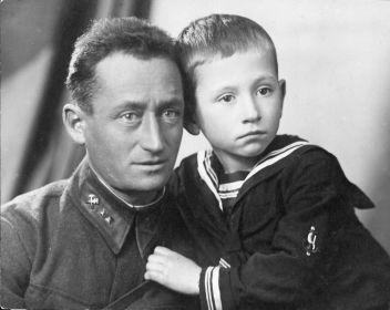 Разин Ефим Михайлович с сыном Виктором,  ноябрь 1942 г.