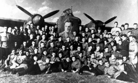 12 БАП 334 БАД. 1944.08. Улла. Полк с портретом Васякина. Фото из архива семьи Мордашова Б. Т.