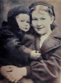 Зоя Дмитриевна с маленьким сыном на руках. Начало войны.