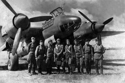 12 БАП 334 БАД. 1944.08.02. Улла. Экипаж бомбардировщика Ту-2. Мордашов Б. Т. 3-й справа.