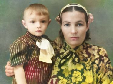 Сотникова (Сапронова) Раиса Митрофановна с сыном Валерой