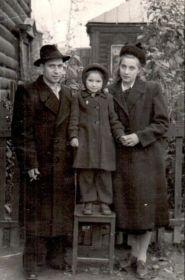 Воронин Виктор Фёдорович вместе с супругой Кузьминой Антониной Семеновной и дочерью Ворониной Людмилой Викторовной 1953-1954 гг.