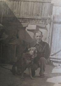 С любимым псом Барсиком во дворе собственного дома во Фрунзе.