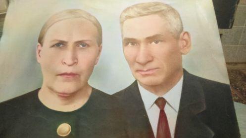 Михаил Иванович с женой Анной. Бабушка Анна была награждена «Медалью материнства» I степени.
