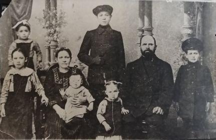 Семья Быргазовых. Аверьян стоит в середине в верхнем ряду.