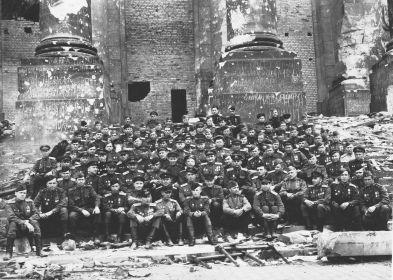 22 мая 1945г. Берлин. Рейхстаг. Слева снизу шестой.