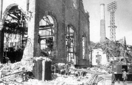 """Цех завода """"Красный Октябрь"""". Фото 1943 года"""