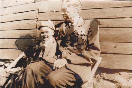 Ляпин Андрей Степанович с внучкой Таней 1980 год