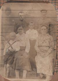 Слева родители с 2 сяновьями: сидит мама Ираида Ивановна, стоит отец Петр Павлович с родственниками