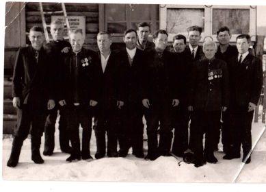 Верхотуров Ф.Г.шестой слева. Фронтовики д.Дворец