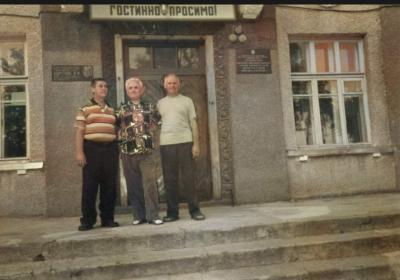 Это Плужнянская средняя школа , носящая имя Героя Советского Союза Бортника Романа Иосифовича ( табличка слева )