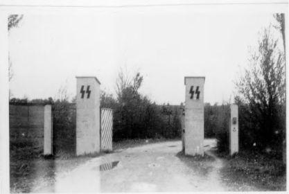 30.04.1945 г. Открытые ворота въезда на полигон Хебертсхаузен.