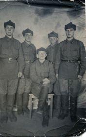 Фомин Петр Павлович (в центре)