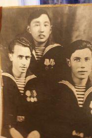 Монахов Георгий Николаевич (в центре)