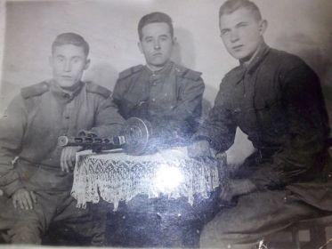 Гарбузников Михаил Тимофеевич (в центре)