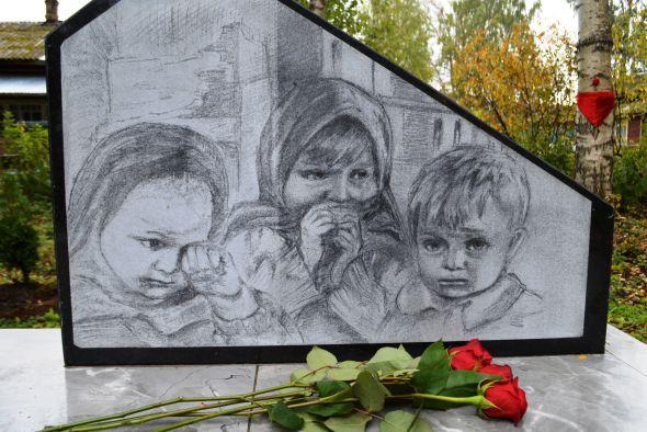 В Бабаеве открыли памятник детям войны