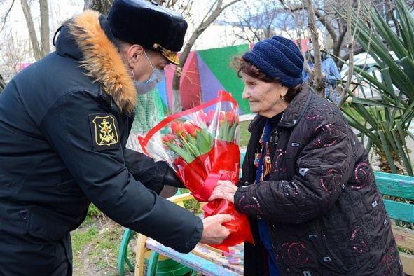 Новороссийские десантники поздравили 94-летнюю фронтовичку с Международным женским днем