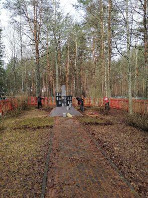 Студенты привели в порядок территорию у братской могилы героев-лётчиков