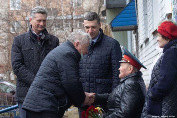 Томские «фронтовые бригады» на ретроавто поздравили ветеранов
