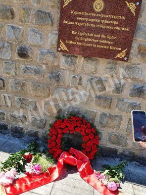 В Австрии двое кыргызстанцев установили памятную доску в честь погибших во время ВОВ