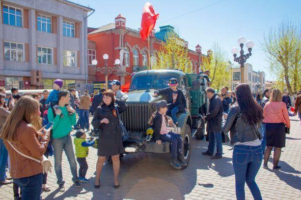 «Спасибо за свободную жизнь»: в праздник Победы на улицы Улан-Удэ вышло рекордное число человек