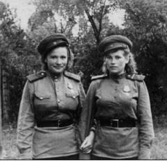 Кузякова (Кудряшова) Клавдия Петровна (справа) с подругой. Чехословакия, май 1945 года