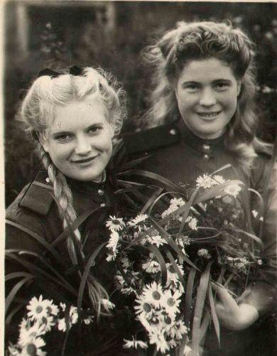 Могилкина(Позднякова) Валентина Максимовна (слева)