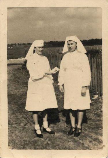 Резвова Лидия слева, справа - Анастасия(?)