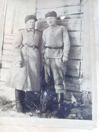 Курочкин Петр Григорьевич (справа)