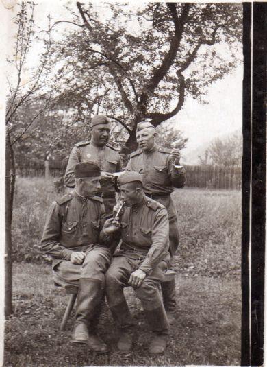 Курочкин Петр Григорьевич (справа стоит)