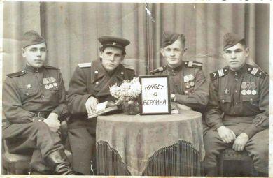 Фоминов Василий (второй слева)