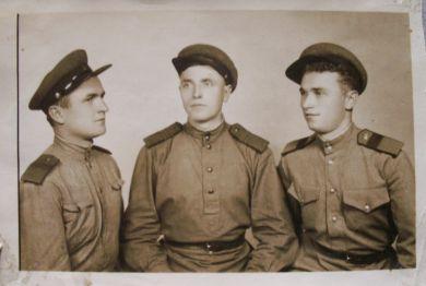 Фоменко Ефим Карпович (в центре)