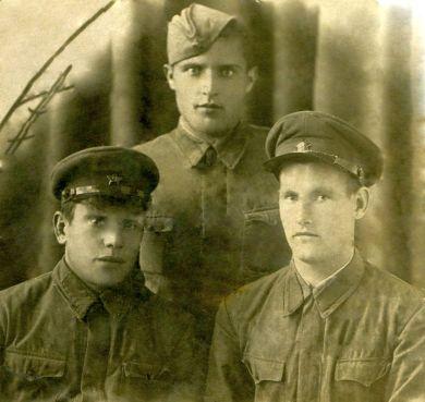 Бондарев Василий Николаевич (в центре)