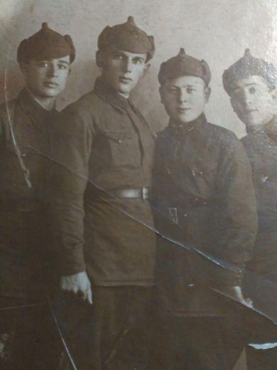 Мурашкин Иван Лазаревич (третий слева)