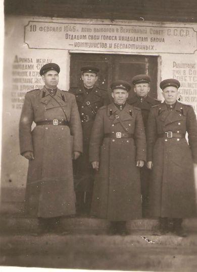 Драчев Петр Михайлович (второй слева)