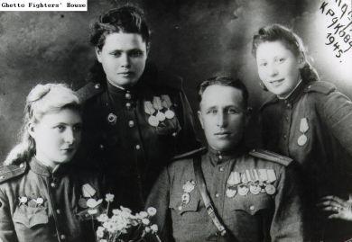 Хелла Феленбаум (справа)