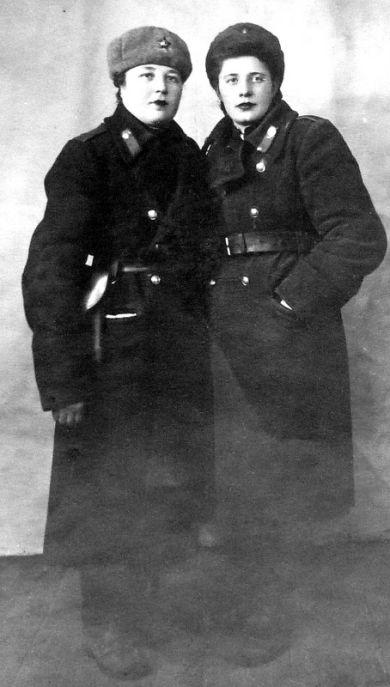 Груничева Александра Сергеевна (слева)