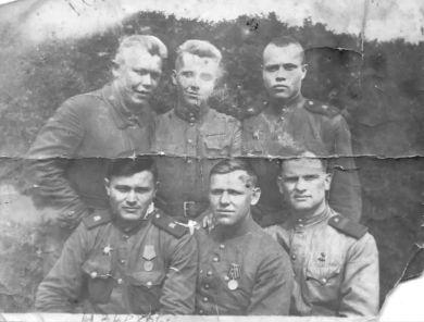 Извеков Иван Тимофеевич (первый слева в нижнем ряду)