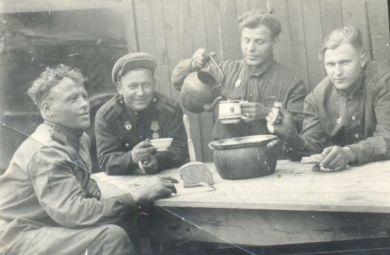 Бобченко Леонид Андреевич с сослуживцами.