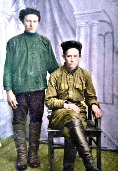 Зарембо Михаил Павлович (стоит)