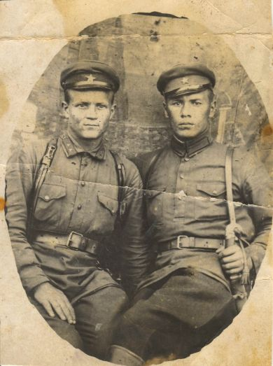 Песков Иван Трофимович (справа)