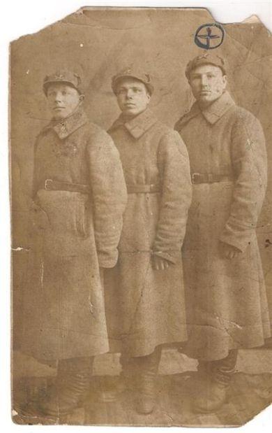 Солдатов Яков Ефимович (справа)
